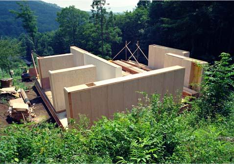 「家具の家」の考え方のきっかけは「詩人の書庫」の本棚にあり、工場生産された家具に構造的そして空間構成的役割をあわせ持たせている。現場での大工工事に比べ、工場  ...